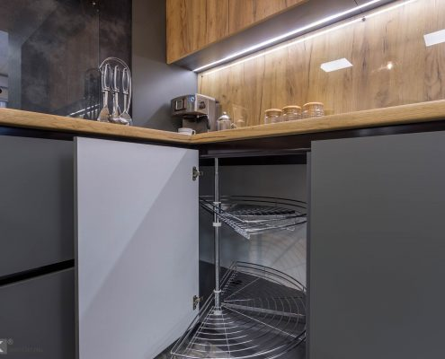 Хромированная карусель в угловой тумбе кухни 2017