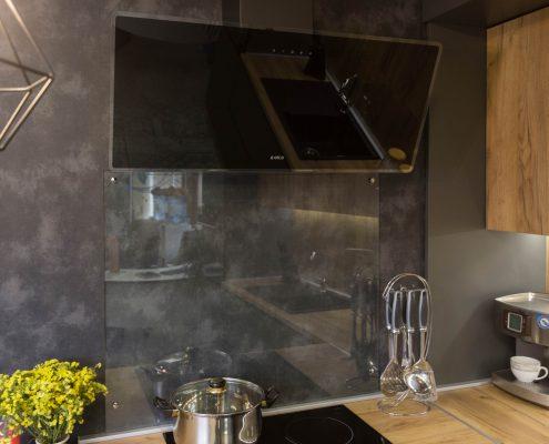 Заколеное прозрачное стекло как фартук кухни