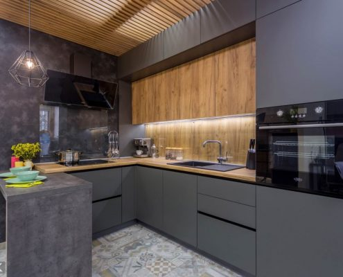 серая-кухня-под-потолок-фото
