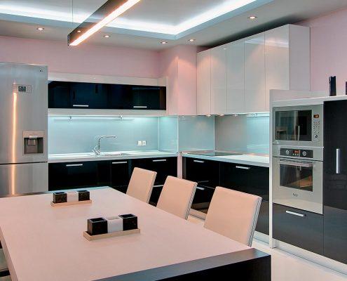 угловая-кухня-чёрно-белая