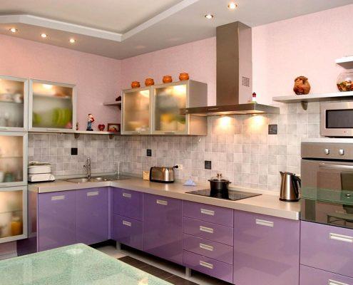угловая-кухня-со-стеклянными-фасадами