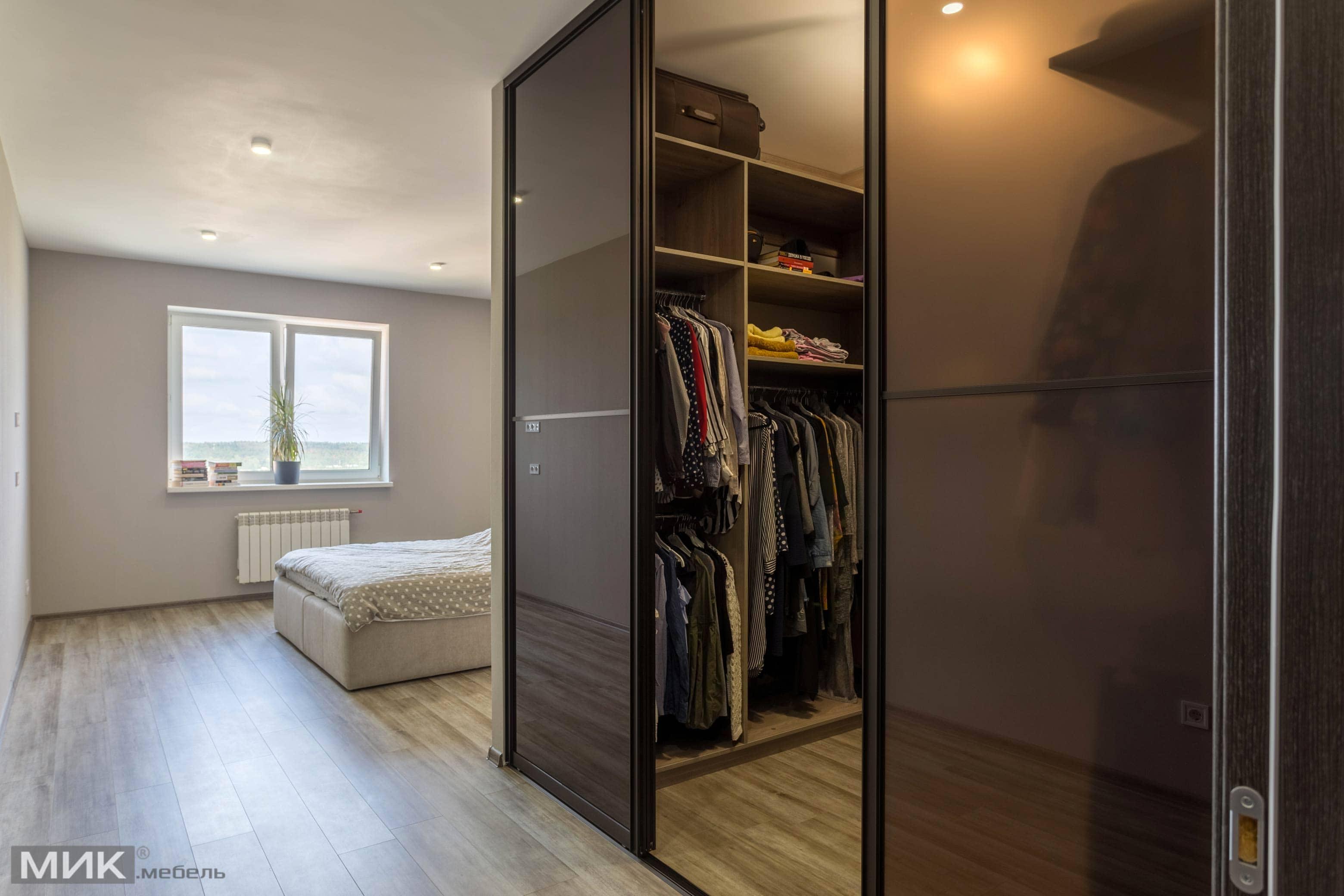 П-образная кухня и гардеробная комната в спальне, фото интер.