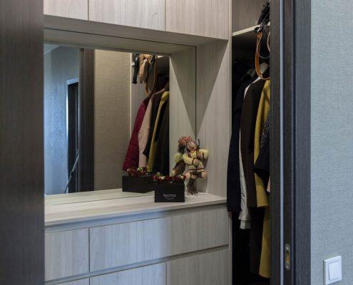 Маленькая-гардеробная-в-коридоре-1002