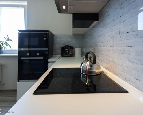 Черная варочная панель на кухне