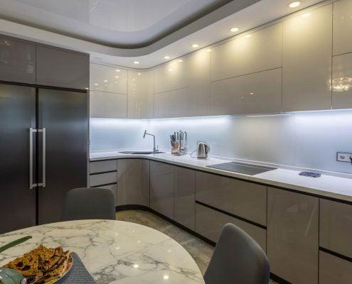 Серая-кухня-под потолок