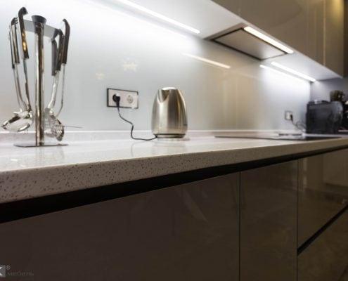 Серая-кухня-столешница белая в крапинку