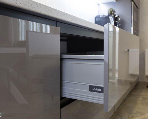 Ящик с системой блюм, на серой кухне