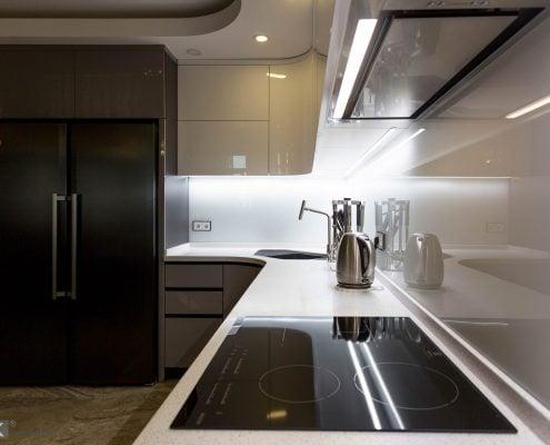Серая-кухня-с-крашеными-гнутыми-фасадами-на-Майорова-1012