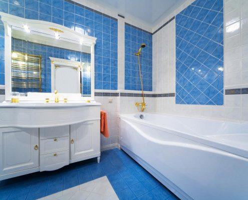 бело-голубая-мебель-для-ванной-комнаты