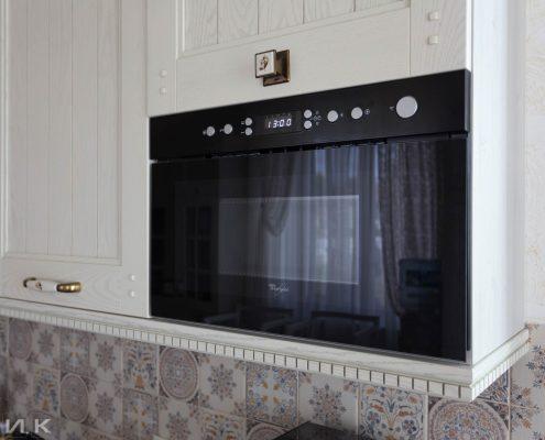 Встроенная-свч-на-белой-кухне