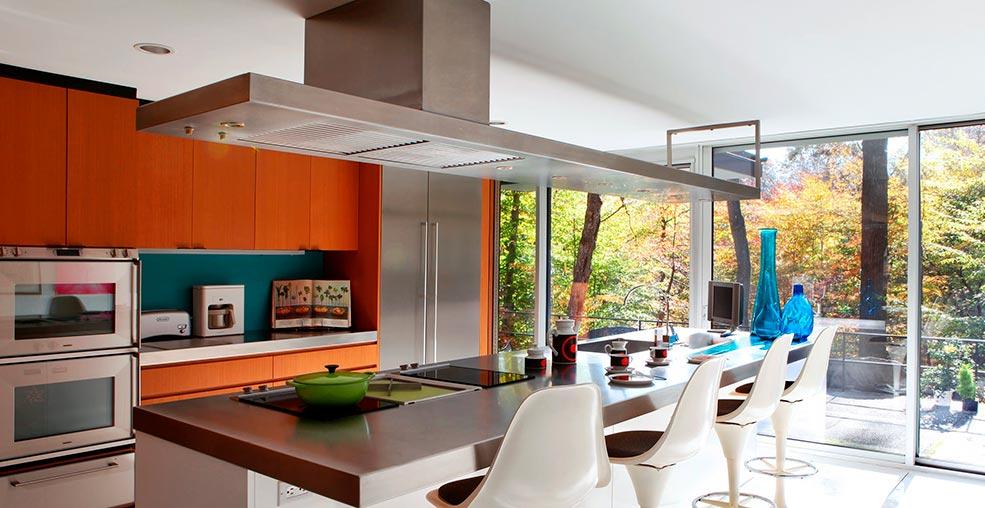 большая-кухонная-вытяжка-в-интерьере