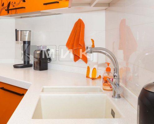 кухонный-смеситель-на-светлой-кухне-фото