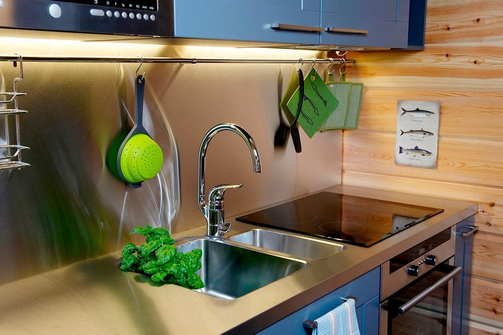 кухонный-смеситель-в-интерьере-фото