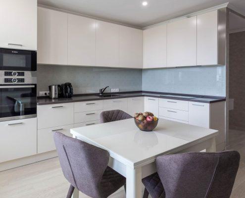квадратный-кухонный-стол-белого-цвета-на-кухне
