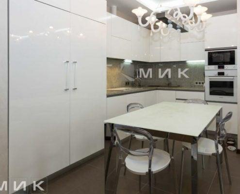 обеденная-зона-модерн-со-стеклянным-столом