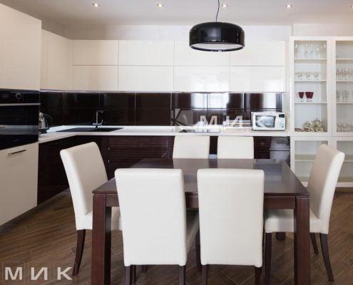 обеденная-зона-с-деревянным-столом-фото