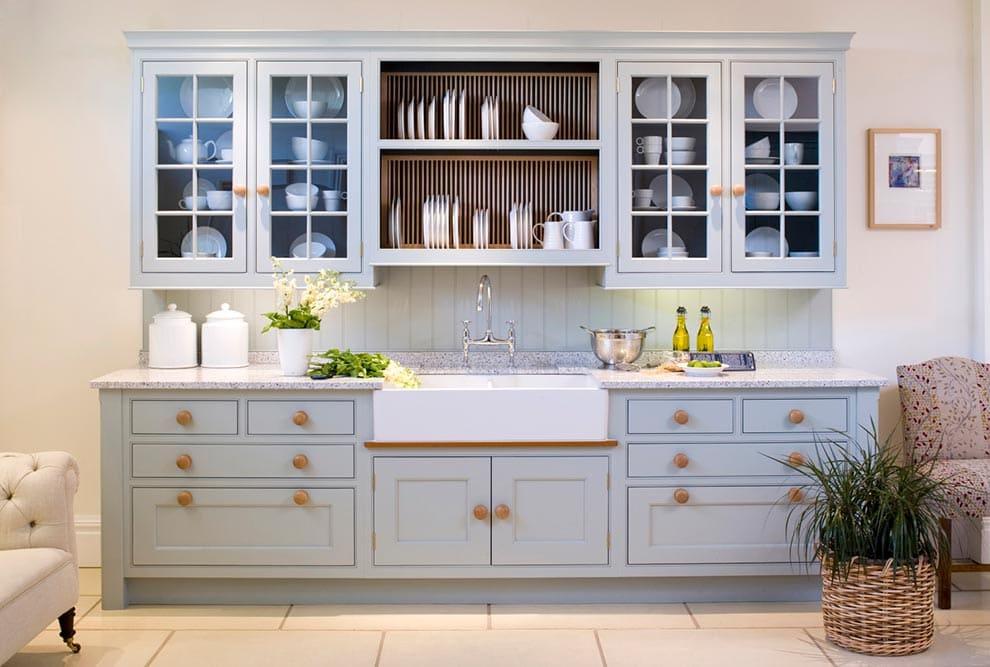 открытая-сушилка-для-посуды-на-кухне-фото