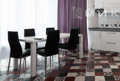 прямоугольный-стол-в-интерьере-кухни