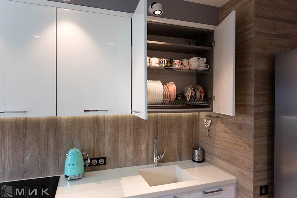 сушка-для-посуды-с-рамкой-в-интерьере-кухни