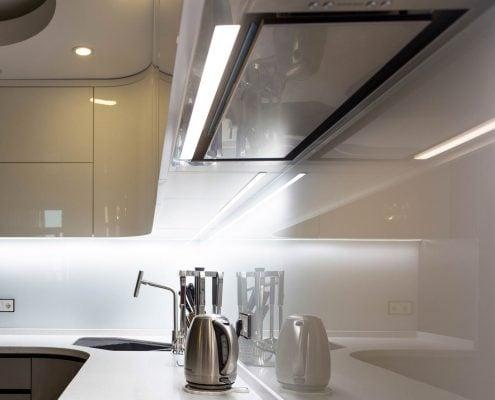 встроенная-вытяжка-на-кухне-модерн
