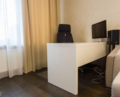 Белый-стол-МДФ-для-комьютера-с-мониторм-aple-1002