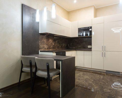 Кухонный-гарнитур-бежевый-глянец-и-коричневый-мрамор-1000