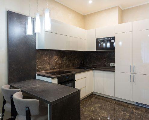 Кухонный-гарнитур-c-глянцевыми-фасадами-1001
