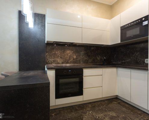Кухонный-гарнитур-и-микроволновка-в-навесном-шкафчике-1002
