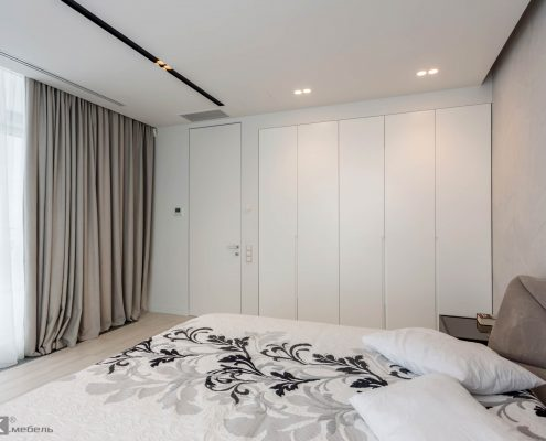 Распашной-четырех-дверный-белый-шкаф-в-спальне-1000