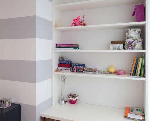 Открытые полки над столом в детской комнате
