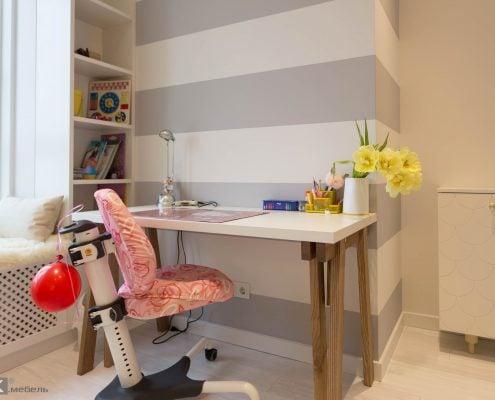 Дизайнерский стол для детской комнаты девочки