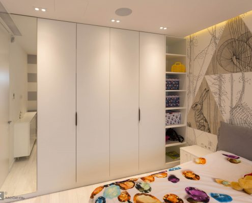 дизайнерский шкаф распашной с полками в детской