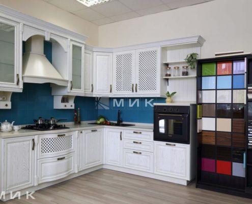 кухня-белая-классика-в-салоне-мик-фото