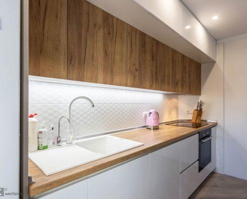 Белая мойка в кухне
