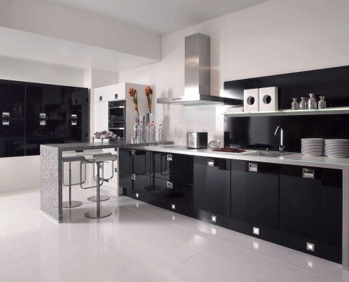 современная-глянцевая-кухня-чёрная-фото