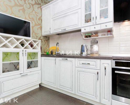 винные-полки-на-белой-кухне-из-натурального-дерева