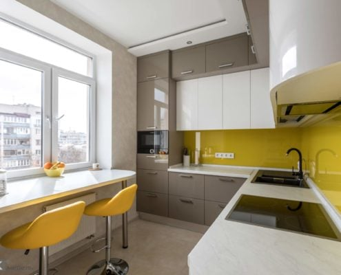 Глянцевая кухня с желтым скинали