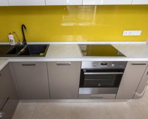 Желтый кухонный фартук