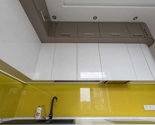 Большая-глянцевая-кухня-с-гнутыми-фасадами--1008