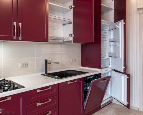 Холодильник в кухне-бордо