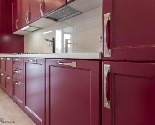 Ручки хром на кухне-бордо
