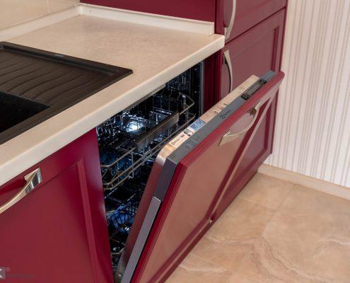 Посудомоечная машина в кухне-бордо