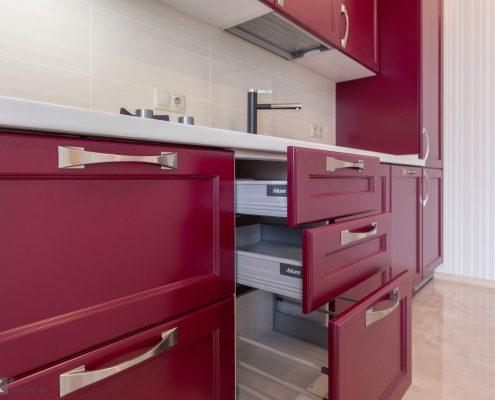 Блюм ящики в кухне-бордо