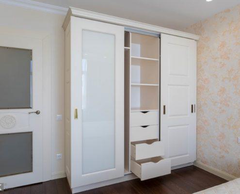 Шкаф-с-раздвижными-МДФ-фасадами-ящики внутри