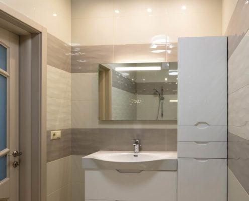 Белая-тумба с зеркалом-для-ванной-комнаты-1003