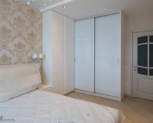 Угловой белый шкаф в спальню