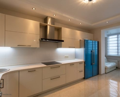 Кухня-бежевый-глянец-с холодильником side by side