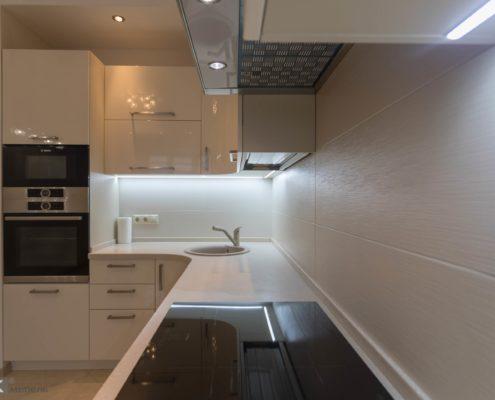 Кухня-бежевый-глянец-с подсветкой