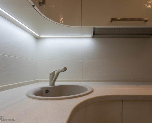 Подсветка под верхними шкафами на кухне