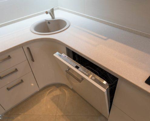 Кухня-бежевый-глянец-посудомоечная машина